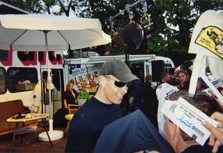 Farin am Autogrammstand (mit Tinas Hand im Vordergrund)